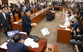 """범여권 선거법 의결에 또 '조국 소환'…""""수의 독재로 전락"""" 비판"""