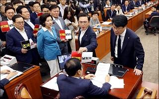 민주당, 한국당 빼고 선거법 의결 강행…정의당-조국 감싸기?