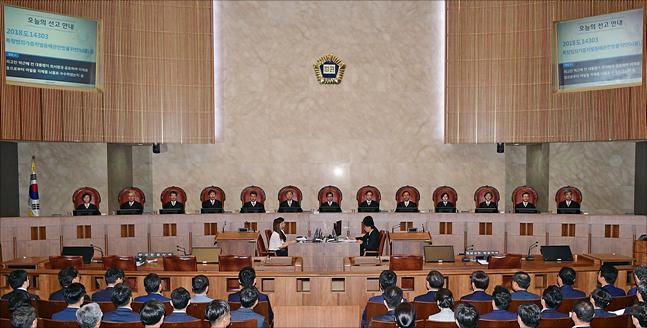 """朴 대법원 판결…민주 """"중대불법 확인"""" 한국 """"역사는 반복"""""""