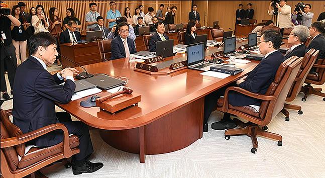 """금통위 """"국내외 경제 성장 둔화…불확실성 한층 커져"""""""