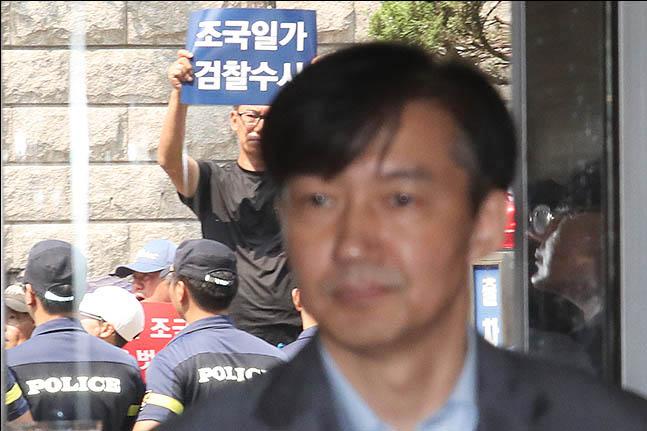"""[데일리안 여론조사] """"조국 자진사퇴해야"""" 49.1%"""