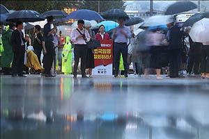 황교안 대표의 빗속 1인 시위