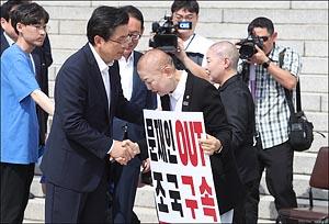 삭발 박인숙 의원 격려하는 황교안