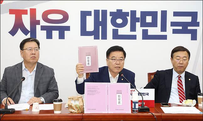 """'민부론' 한국당, 경제정책 샅바싸움 건다 """"어떤 공개토론도 환영"""""""