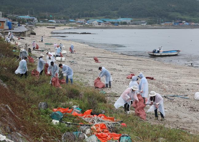 수협은행, 태풍 타파 피해 지역서 환경정화활동 펼쳐