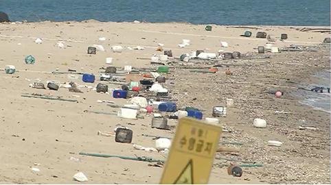 [기자의 눈] 바닷가 행사장에 일부러 뿌려진 쓰레기 6톤 '실화냐?'