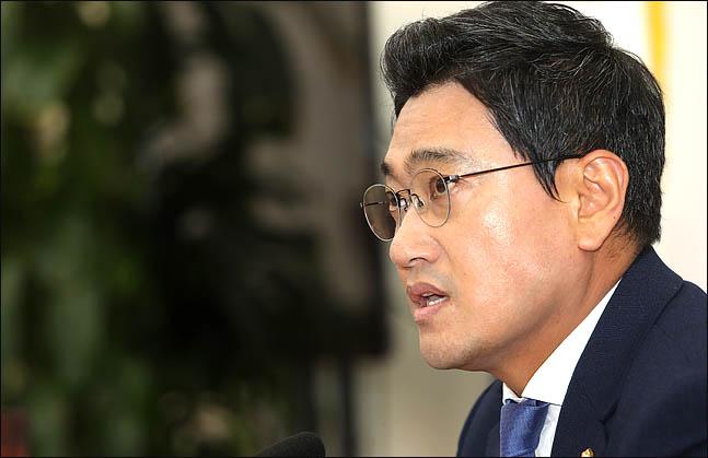 """오신환 """"박근혜, 우병우 비호 뒤 탄핵… 文대통령 무엇이 다른가"""""""