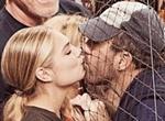 [SNS샷] 케이트 업튼, 벌렌더와 '그물망 키스'