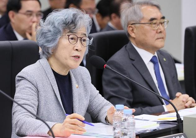 [2019 국정감사] 정무위, 조국 이해충돌·딸 장학금 놓고 여야 격돌