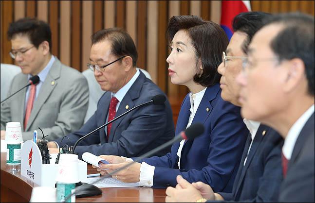 '검정 정장·넥타이' 한국당, 서초동 대법원 앞서 文정부 규탄 현장회의