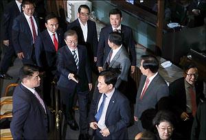 악수 청한 문대통령,냉랭한 한국당 의원들