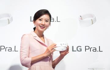 LG전자, '프라엘 더마 LED 넥케어' 광고 모델에 배우 김희애 선정