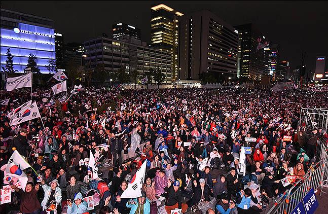 """광화문에서 초유의 '1박2일' 집회...""""조국 사퇴로 끝날 일 아니다"""""""