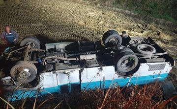 농장 향하던 버스 논으로 추락…1명 사망·11명 부상