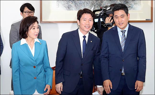 [데일리안 여론조사] '정당 지지율' 민주당 36.1% 한국당 26.7%