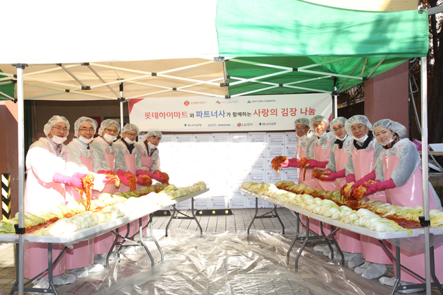 롯데하이마트, 파트너사 동반 '사랑의 김장 나눔 봉사활동' 진행