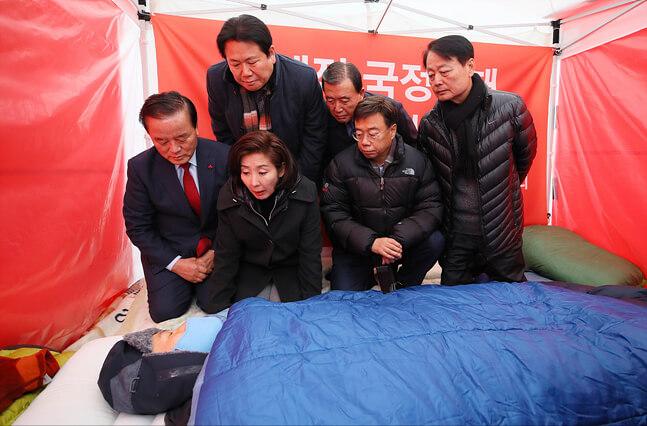 결국 쓰러진 黃…여권서 '황제 단식' 조롱 싹 사라졌다