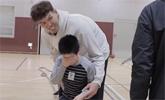 [스포튜브] 221cm 하승진, 초등생 30명과 농구 대결한다면?