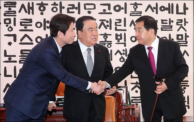 [데일리안 여론조사] 민주당 34.0% 한국당 30.5% 지지…'격차 줄었다'