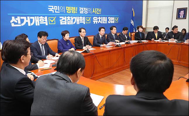 민주당, '4+1' 이용하기?…검찰개혁안 선처리 제안