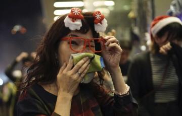홍콩, 성탄절 이브에도 시위…최루탄에 화염병도 등장