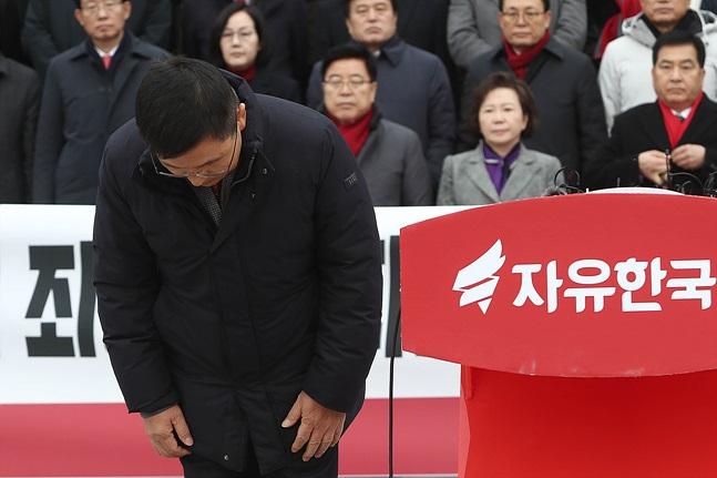 황교안 당대표, 자신과 한국당을 살리는 법