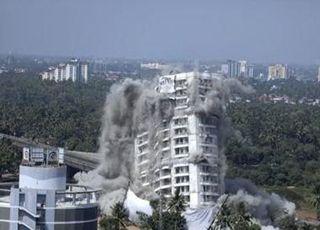 인도, '환경규정 위반' 고급아파트 잇단 폭파 해체