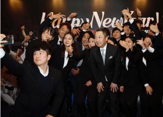 박정원 회장, 두산 신년음악회서 신입사원들과 '셀카 세리머니'