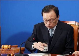 """'검찰 겨눈' 이해찬…""""정치적 수사 반복하는 불공정의 상징"""""""