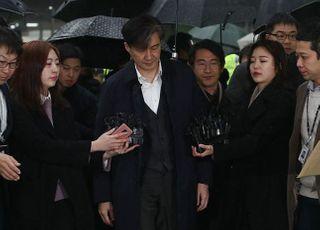 """조국, 직권남용 혐의로 기소…진중권, 지지자들 향해 """"현실 부정 결심했네"""""""