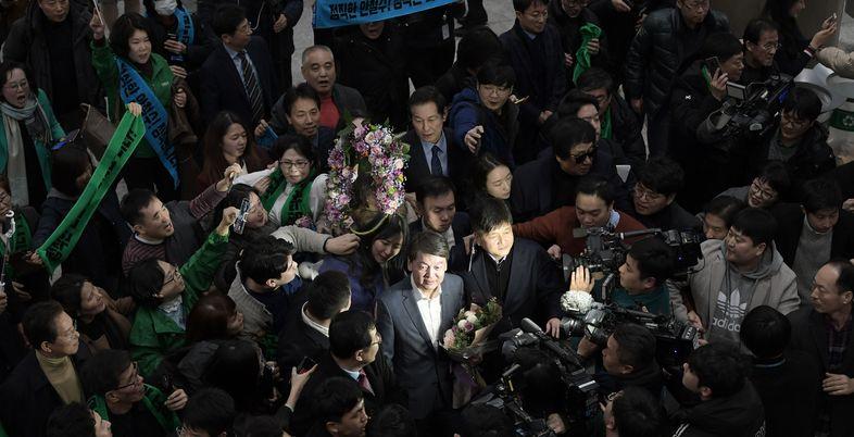 """'러브콜' vs """"돌아온 탕자일 뿐""""…안철수 복귀에 엇갈린 정치권 반응"""