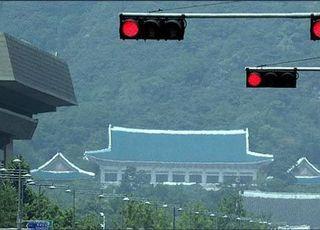 '조국 의혹' 검찰수사에 또 다시 스피커 자처한 靑
