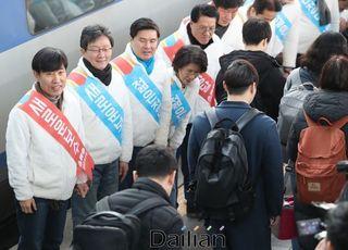 귀성인사의 정치학…용산역에선 '통합'의 만남, 서울역은 조우 불발
