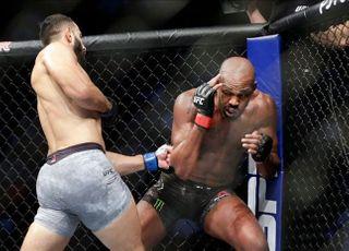 [UFC] 악마의 판정? 존 존스, 납득 어려운 만장일치 판정승