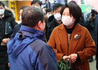 """전통시장 찾은 김정숙 """"상인들, 긍정적으로 잘해줘서 좋다"""""""