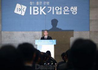 """윤종원 '출근길 열어준' 노조추천이사제에 """"과하면 문제"""""""