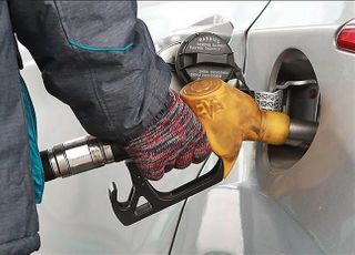 기름값 13개월 만에 최저…휘발유 ℓ당 1430.5원