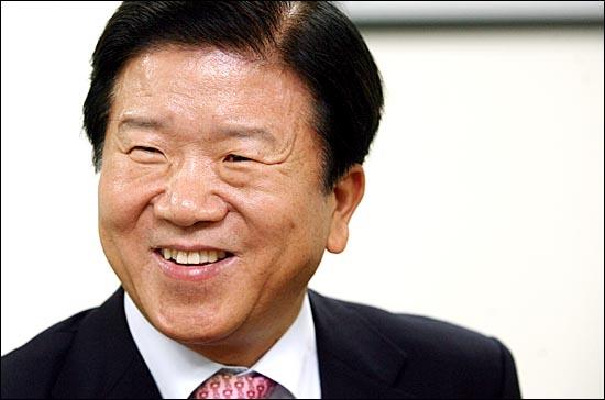 """박병석 정책위의장은 """"앞으로도 민주당이 중심을 잘 잡고 서민과 중산층을 위한 정책을 만들어내고 국가의 미래를 위한 정책대안을 제시해야 하는 더 큰 책임감을 느끼고 있다""""고 말했다."""