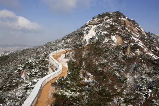 복원된 인왕산 구간 성벽