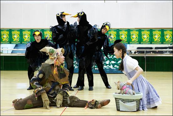 뮤지컬 <오즈의 마법사> 연습공개 행사에서 배우들이 열연을 펼치고 있다.