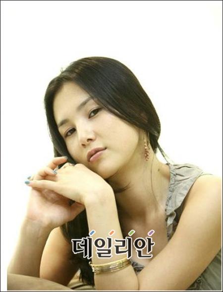 8살 연상 사업가와 열애 중인 것으로 알려진 배우 이지현.
