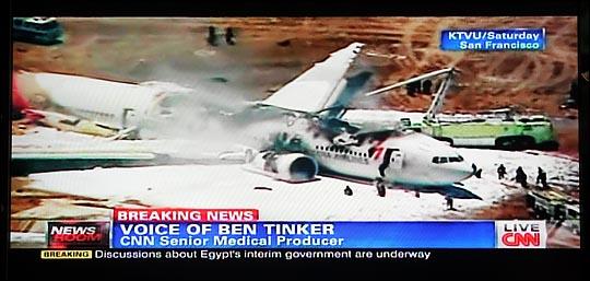 7일 오전 미국 샌프란시스코(SF) 공항에서 착륙하던 중 활주로에서 충돌사고가 발생한 아시아나항공 OZ 214편(보잉777).  ⓒCNN 화면촬영