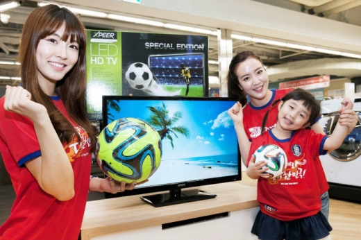 홈플러스 홍보 도우미가 엑스피어 LED TV를 선보이고 있다. ⓒ홈플러스
