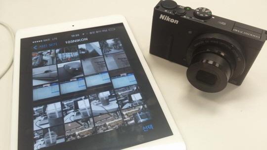 니콘 콤팩트 디지털 카메라 쿨픽스 P340와 태블릿PC 아이패드 미니와 와이파이로 연동해보았다. 촬영한 사진을 스마트기기로 직접 볼수 있으며 이동 및 직접 촬영도 가능하다.ⓒ데일리안 남궁민관 기자
