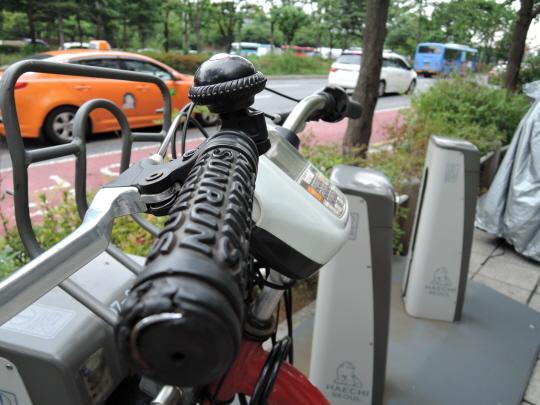 니콘 쿨픽스 P340 접사모드로 아웃포커싱 촬영도 충분히 가능했다. 초점을 맞춘 자전거 손잡이를 제외한 주변 배경이 적당히 날라가는 효과를 보였다.ⓒ데일리안 남궁민관 기자