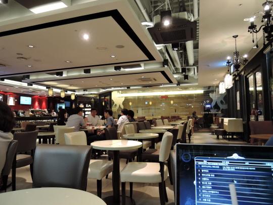 니콘 쿨픽스 P340으로 저녁 9시 해가 진 카페 실내를 촬영해보았다. 저녁 어두운 실내에서 선명한 촬영이 가능했다.ⓒ데일리안 남궁민관 기자