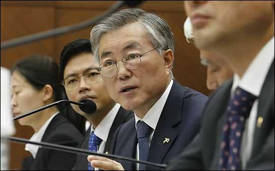지난 8일 국회 국방위 국마장에서 눈이 부은 채 질의를 하고 있는 문재인 의원 ⓒ연합뉴스