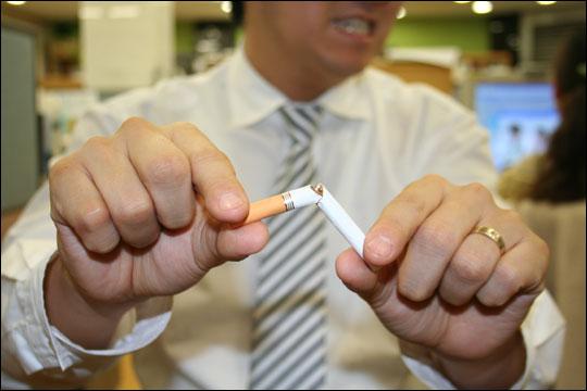 백해무익하다는 담배는 역시 척추 건강에도 나쁜 영향을 미친다. ⓒ정택근
