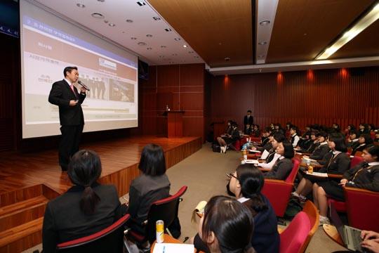 유재훈 예탁결제원 사장이 서울여상에서 강의하고 있는 모습.ⓒ 한국예탁결제원