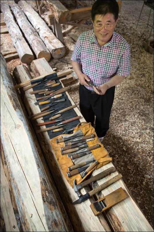 전흥수 대목장과 여러 도구들. ⓒ 한국고건축박물관